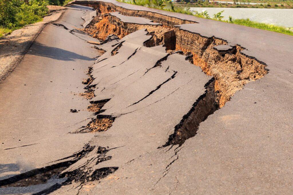 Effet de site sur une route d'un séisme