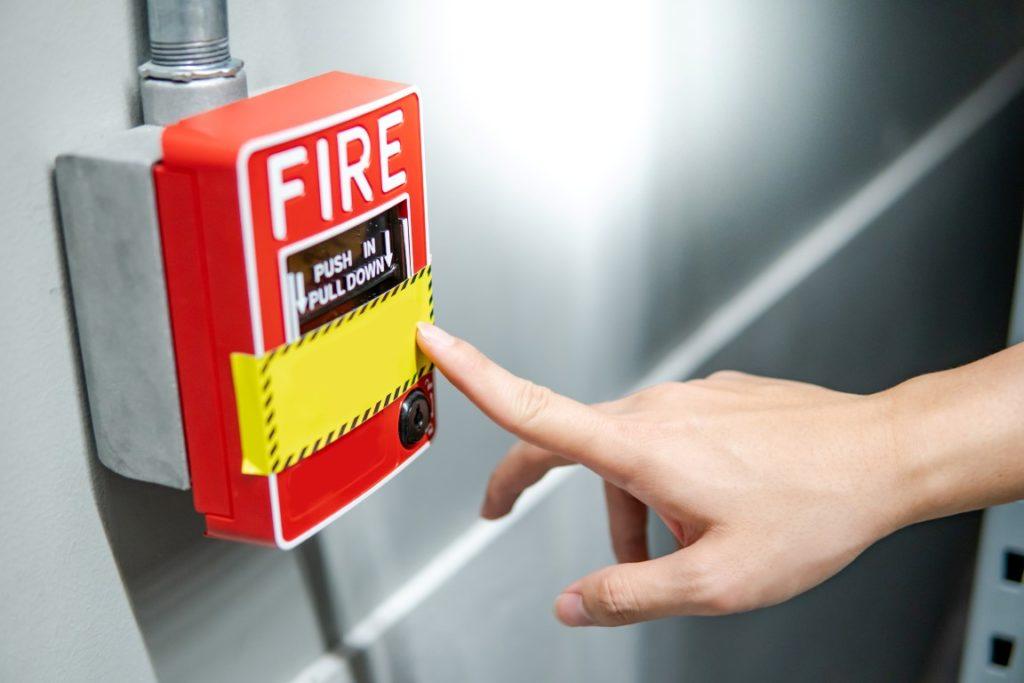 Le contrôle de sécurité incendie inclut la présence d'issues de secours.