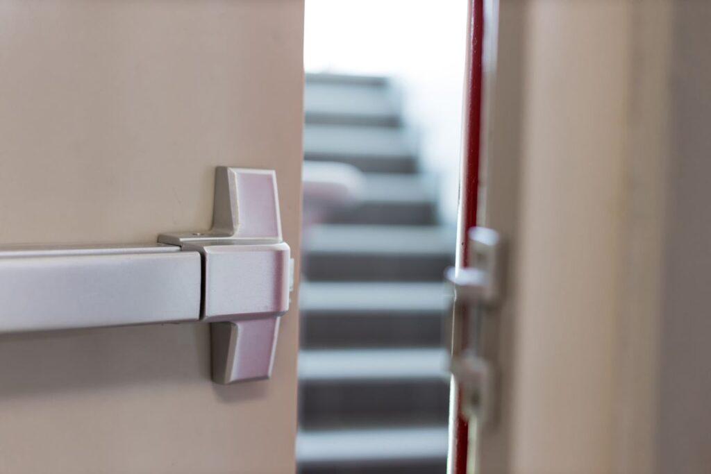 Dégagement dans un bâtiment en tenant compte du calcul du NMSE dans un ERP en cas d'incendie